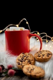 Disposizione hygge invernale vista frontale con tazza di cioccolata calda