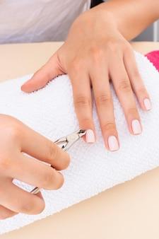 Donna di vista frontale che fa la sua manicure al salone