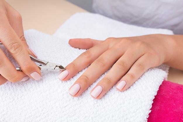 Donna di vista frontale che fa la sua manicure