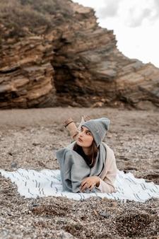 Vista frontale della donna che si rilassa in spiaggia da solo