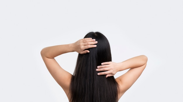 Donna di vista frontale che tocca i suoi capelli