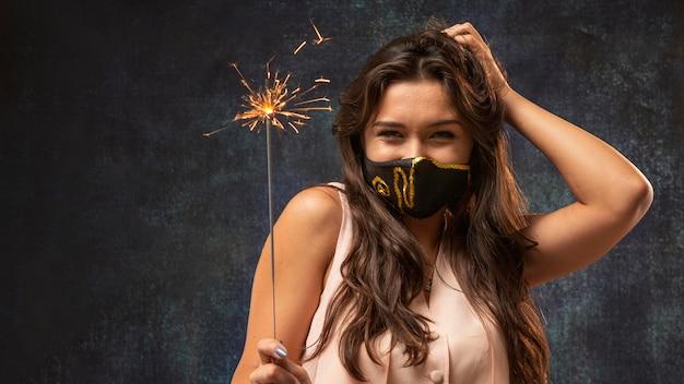 Vista frontale della donna che indossa una maschera con fuochi d'artificio