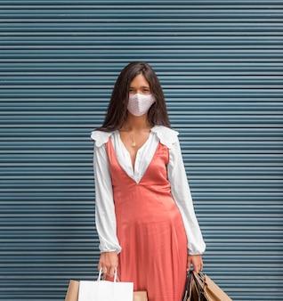 Vista frontale della donna con maschera facciale e copia spazio
