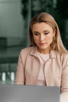 Donna di vista frontale che lavora nel suo ufficio