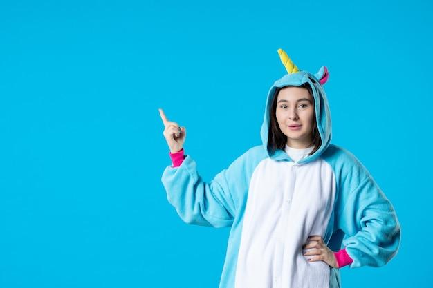 Vista frontale giovane donna in pigiama party su sfondo blu riposo dormire fino a tarda notte divertente gioco notturno amici colore dei sogni