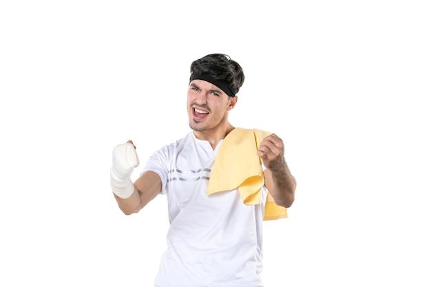 Vista frontale giovane maschio con bendaggio sulla sua mano ferita su sfondo bianco dieta sport dolore palestra lesioni corpo in forma atleta
