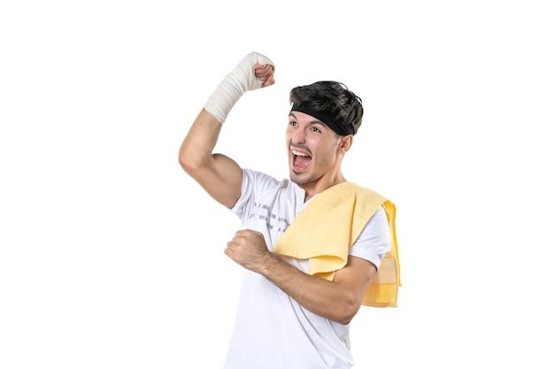 Vista frontale giovane maschio con bendaggio sulla sua mano ferita su sfondo bianco dieta sport dolore palestra stile di vita corpo in forma atleta