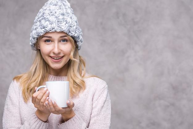 Sorridere della giovane donna di vista frontale Foto Premium