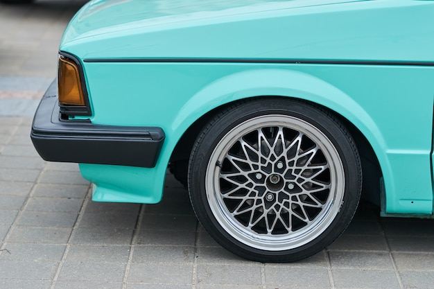 La ruota anteriore dell'auto con una bella guida