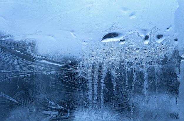 Gelo su un bicchiere invernale