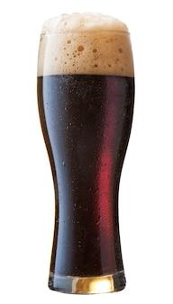 Frosty bicchiere di birra nera isolato su uno sfondo bianco