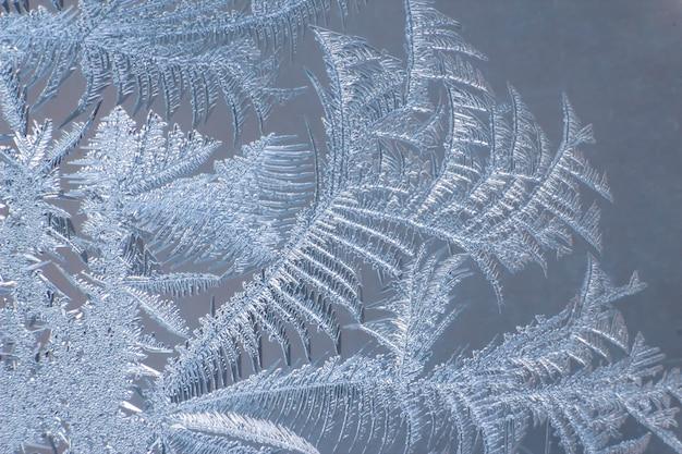 Modelli gelidi sul primo piano di vetro della finestra. trame e sfondi naturali. modelli di ghiaccio su congelati