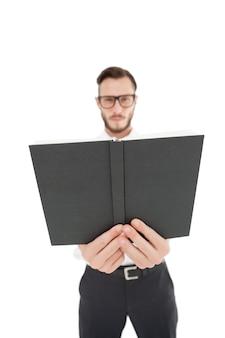 Ministro accigliato tendendo la bibbia nera