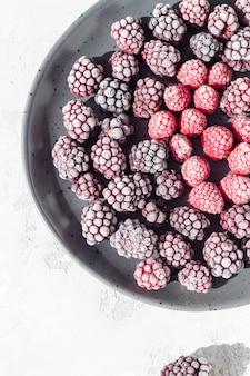 Frutti di bosco congelati (more e lamponi), ricoperti di brina