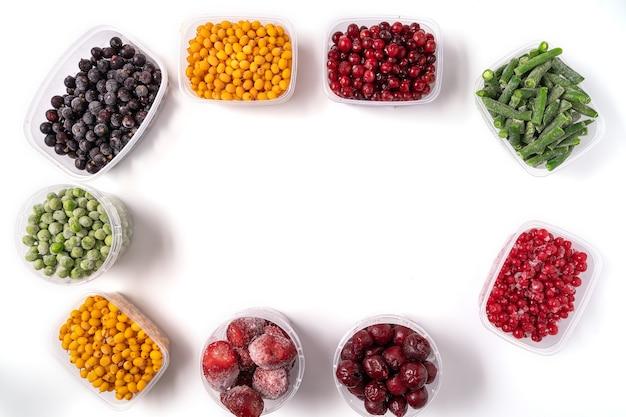 Frutti di bosco e verdure surgelati in scatole di plastica
