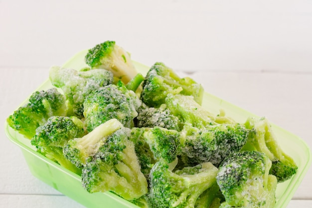 Verdure di broccoli congelate in contenitori di plastica. scorte di farina per l'inverno.