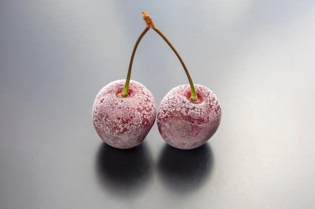 Bacca di ciliegia congelata. frutta e vitamine. cibo sano per la colazione. frutti di vegetazione. dessert alla frutta
