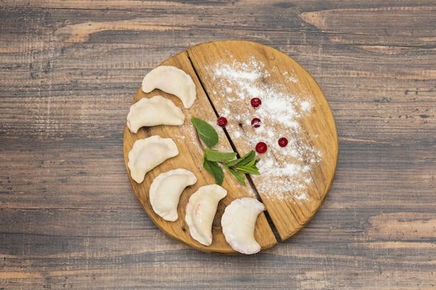 Gnocchi congelati con ciliegia su un piatto di legno su una superficie di legno