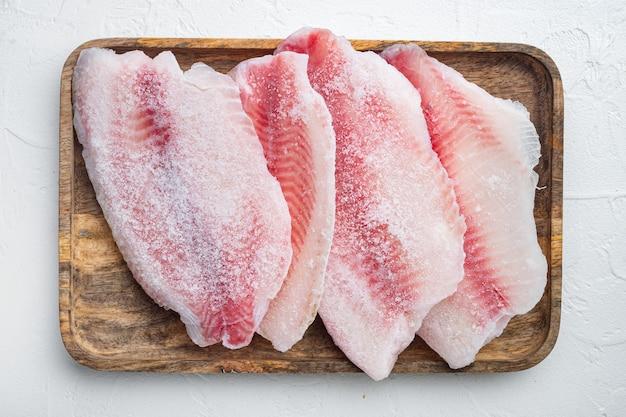 Set di filetto di pesce congelato, sul tavolo bianco, vista dall'alto