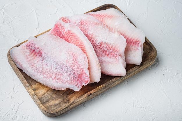 Set di filetto di pesce congelato, sul tavolo bianco