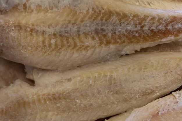 Filetti di pesce congelati nel negozio. avvicinamento.