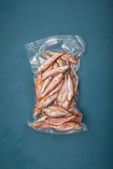 Pesce congelato mullus barbatus (triglie) in confezione. goatfish trovato nel mar mediterraneo, mar nero e oceano atlantico settentrionale orientale.