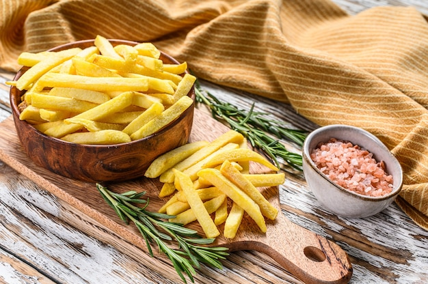 Patate fritte congelate in una ciotola, verdure biologiche
