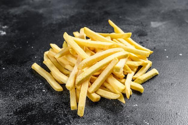 Patate fritte surgelate, verdure biologiche. sfondo nero. vista dall'alto.