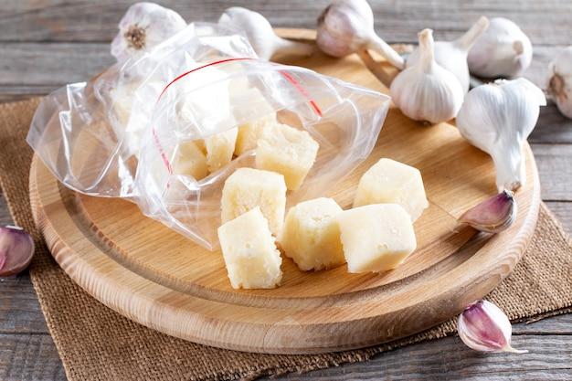 Aglio congelato. aglio congelato nel cubetto di ghiaccio sul tavolo. concetto di cibo congelato