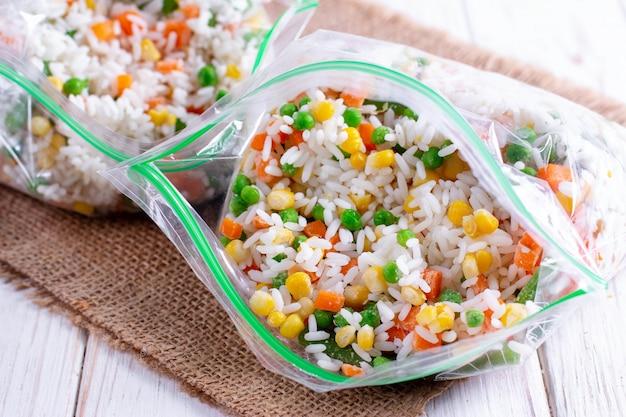 Verdure miste surgelate in sacchetto freezer. mix di verdure surgelate con riso