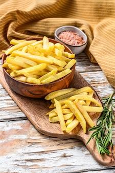 Patate congelate in una ciotola, patatine fritte, cibo in scatola