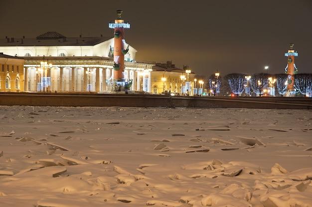 Fiume ghiacciato, bellissime colonne rastrali con decorazioni natalizie