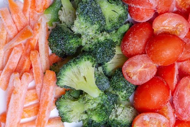 Pomodori, carote e broccoli congelati da vicino, vista dall'alto