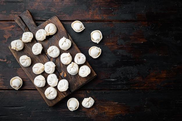 Tortellini congelati impostati sul tagliere sul vecchio tavolo in legno scuro