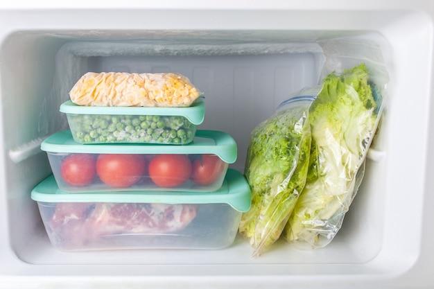 Verdure e carne congelate in contenitori di plastica blu