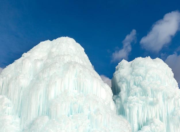 Acqua congelata nella fontana (cascata di ghiaccio) sullo sfondo del cielo.