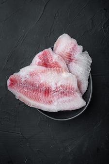 Filetto di pesce bianco surgelato, su nero