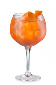Cocktail dell'alcool della frutta con la fetta arancione isolata su bianco