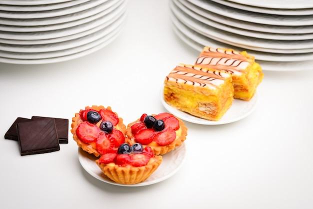 Dessert di crostate di frutta e bacche primo piano di bellissimi dolci di pasticceria deliziosi