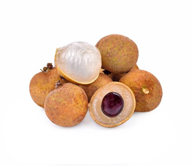 Longan a grappolo di frutta su sfondo bianco Foto Premium