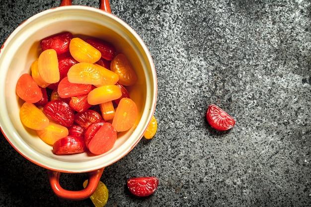 Caramelle alla frutta. su fondo rustico.