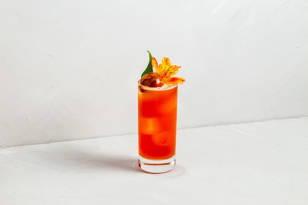 Cocktail di frutta in una fetta d'arancia highball