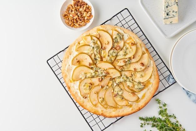 Pizza dolce fatta in casa alla frutta pera con formaggio e miele