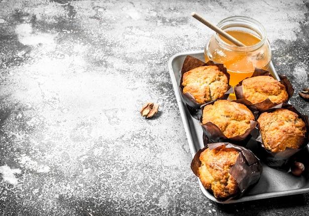 Muffin al miele di frutta sul tavolo rustico.