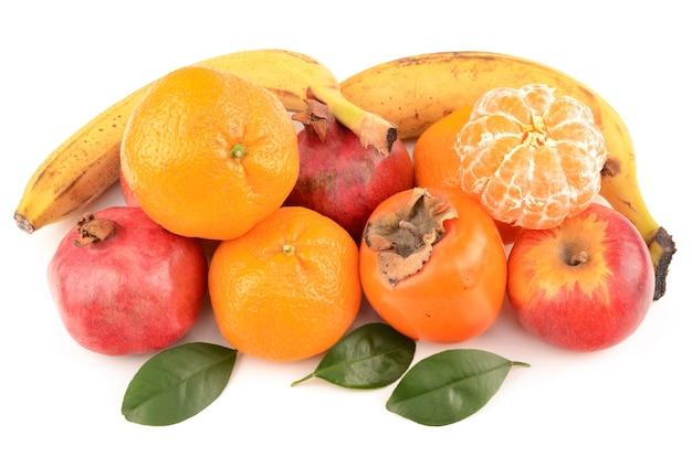 Frutta isolata su bianco