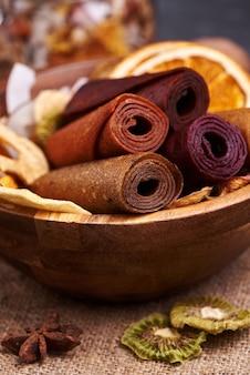 Pastiglia di frutta e frutta secca in tazza di legno