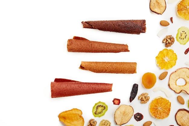 Pastiglie di frutta con frutta e frutti di bosco in rotoli