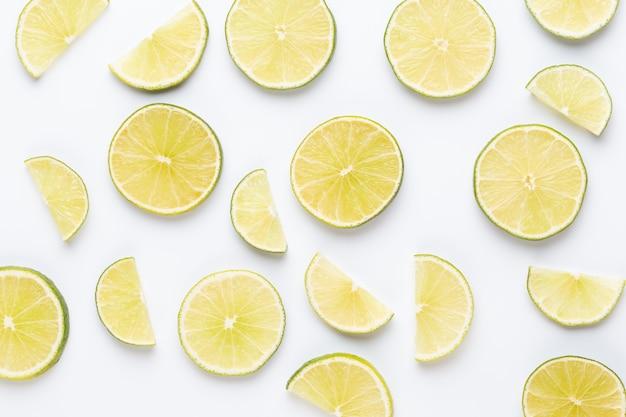 Modello di frutta. sfondo di cibo. agrumi freschi in una superficie bianca. lay piatto.