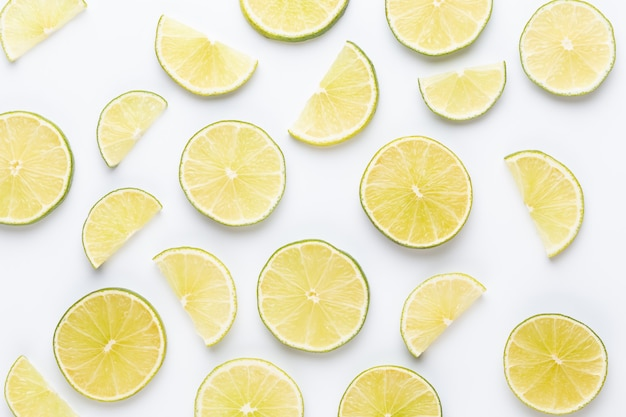 Modello di frutta. agrumi freschi in uno sfondo bianco. lay piatto.