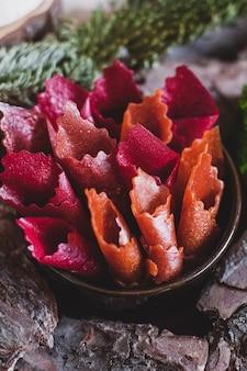 Involtini di frutta pastiglia. panini di caramelle alla mela, patatine. frutta secca e sminuzzata. dolcezza utile